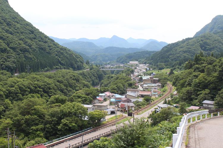 湯野上温泉街を一望