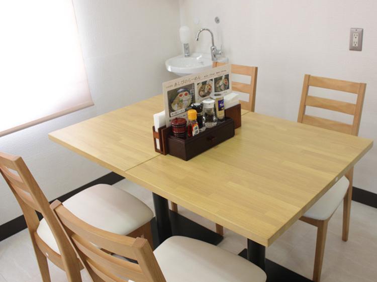 あしび店内テーブル席