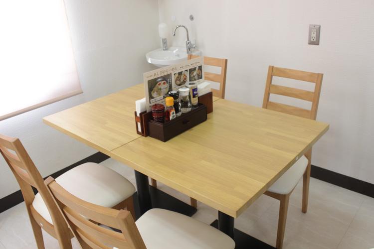 あしび 店内テーブル席