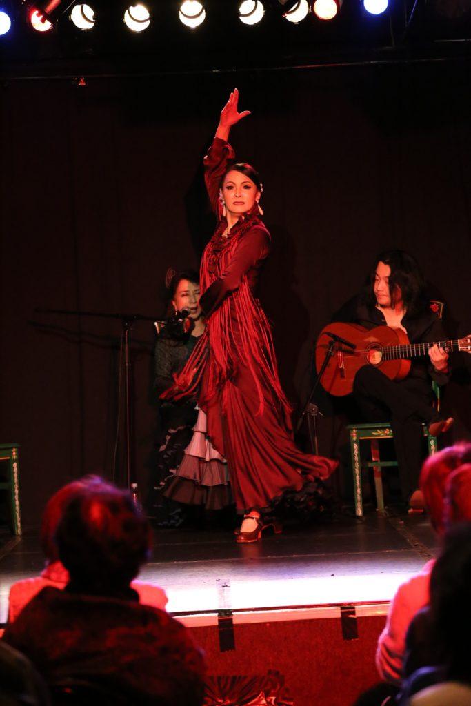 フラメンコショーで踊る吉田千秋先生